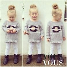 Dziewczęca stylizacja- szary sweterek z frędzlami i białe legginsy