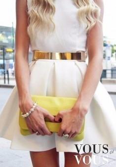 Żółta kopertówka jest świetnym dodatkiem do białej mini sukienki