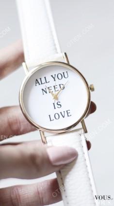 Zegarek ze sklepu OTIEN, biały zegarek z napisem – love