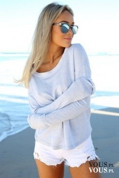 stylizacja na lato, białe szorty, szara koszulka z długim rękawem, blondynka w okularach, okular ...