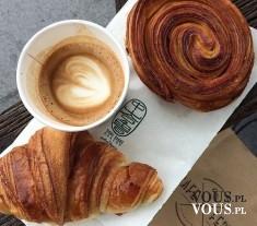 kawa i croissant, śniadanie po francusku, francuskie śniadanie