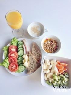 zdrowy posiłek, pełnoziarniste pieczywo, warzywa i owoce świeży sok