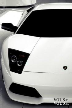 Biały luksusowy samochód- porshe. Sportowy wóz.