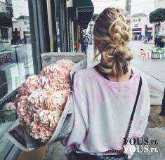 Wielki bukiet róż dla dziewczyny z piękną fryzurą , kok z warkoczem , bukiet kwiatów