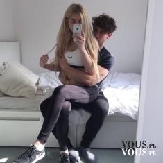 Wysportowana para, miłość, wspólna pasja, selfie w sypialni