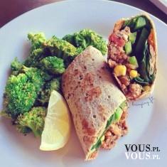 Zdrowy obiad, brokuły na obiad, kanapka z kurczakiem i warzywami, zdrowe jedzenie