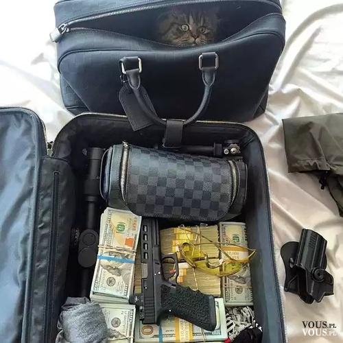 Napad na bank. Akcesoria bandyty. Walizka z kasą i bronią.
