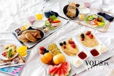 śniadanie do łóżka, owoce i naleśniki z owocami , pomysł na śniadanie
