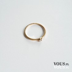 Minimalistyczny pierścionek z cyrkonią ze sklepu OTIEN