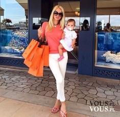 Stylowa mama, zakupy z dzieckiem , blondynka na zakupach z dzieckiem
