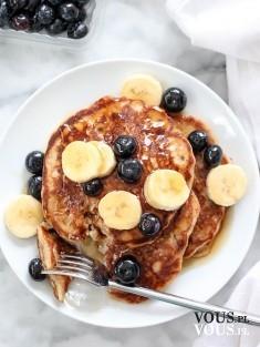 pancakes z owocami, naleśniki z bananami i jagodami, jak zrobić puszyste pancakes