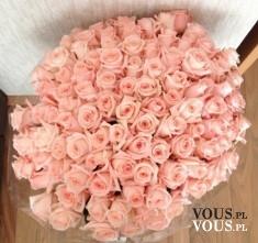 Przepiękny bukiet jasnych róż, kwiaty na prezent to dobry pomysł? Ile kosztuje duży bukiet róż