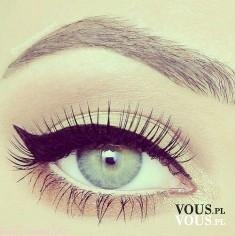 Idealna kreska zrobiona eyelinerem , koci make up, wyraźnie zarysowane brwi
