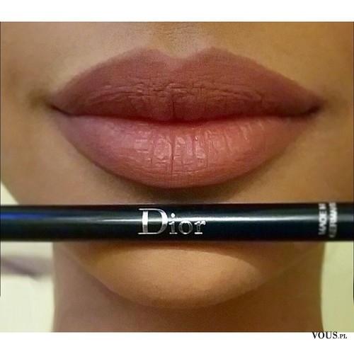Piękne pełne usta w naturalnym odcieniu, kredka Dior
