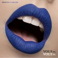 Niebieska szminka do ust, pomadka w kolorze indygo , białe żeby i niespotykany kolor ust