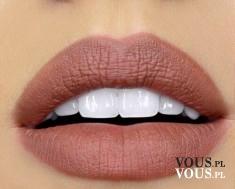 Piękne pełne usta i białe zęby