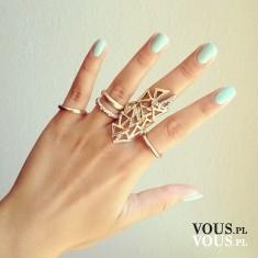 turkusowe paznokcie i złota biżuteria, duże pierścionki