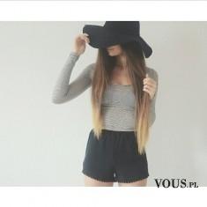 Długie włosy i kapelusz, szorty i bluzka w paski