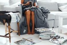 Czas wolny w domu, przeglądanie gazet, czytanie w łóżku, leniuchowanie