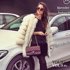Kobieta w futrze przy Mercedesie
