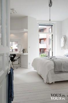 Biała sypialnia, duże łóżko