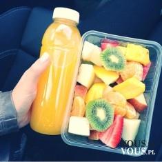 Świeży sok z owoców i sałatka owocowa