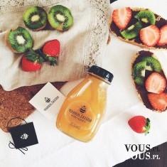 Owocowe kanapki, sok z pomarańczy