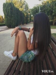 Brunetka. Piękne proste i długie włosy.