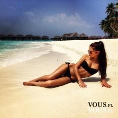 Kobieta opalająca się na plaży. Kobieta w czarnym bikini
