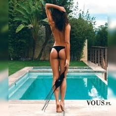 Odważna sesja zdjęciowa na basenie. Kobieta na basenie. Modelka na sesji