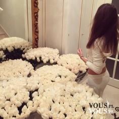 Obsypana kwiatami. Kobieta i kwiaty- przepiękny prezent od ukochanego. Bukiety białych róż.