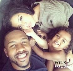 Selfie rodzinne. Rodzice z małą córeczką- słodki widok!