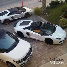 Białe samochody. Trzy sportowe wozy. Białe porshe- kabriolet