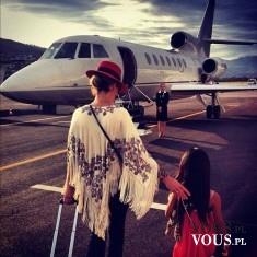Mama z córką na lotnisku- gotowe na podróż.
