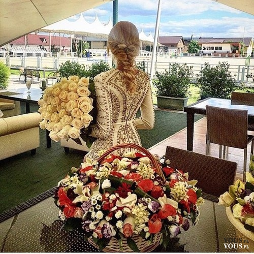 Kobieta z ogromnym bukietem białych róż. Piękne kwiaty. Kosze z kwiatami.