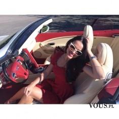 Piękna kobieta w pięknym samochodzie. Kobieta za kierownicą sportowego kabrioleta