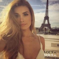 Piękna kobieta w Paryżu. Wieża Eiffla.