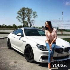 Piękna kobieta przy sportowym BMW. Białe BMW- szybki, sportowy samochód