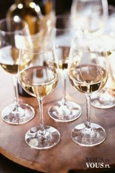 Białe wino. Lampka wina.