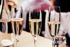 Złocisty szampan z bąbelkami- idealny na specjalne okazje.