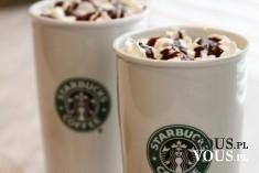 Starbucks. Kawa z bitą śmietaną i czekoladową polewą.