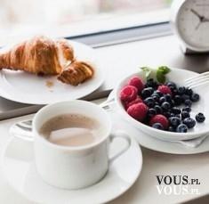 Filiżanka kawy, świeży croissant i pyszne owoce- smaczne połączenie!