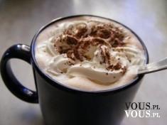 Smakowita kawa z bitą śmietaną i czekoladową posypką.