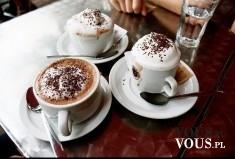 Kawa z pianką. Kawa z bitą śmietaną i czekoladową posypką. Kawa z dodatkami.