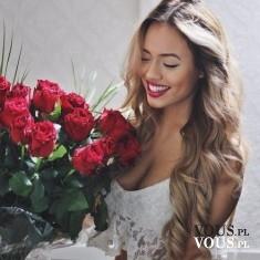 Piękna kobieta, piękne kwiaty. Bukiet czerwonych róż. Idealny prezent dla kobiety