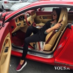 Kobieta w czerwonym sportowym samochodzie.