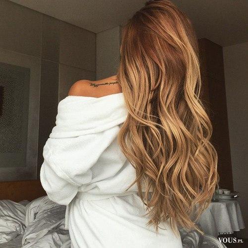 Blondynka Piękne Długie Włosy Lekko Pofalowane Kobieca