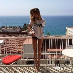Kobieta o szczupłej sylwetce. Zgrabne długie nogi. Piękne kobiece ciało.