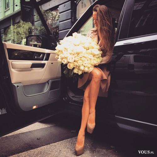 Kobieta z pięknym bukietem białych róż. Cudowny bukiet białych kwiatów