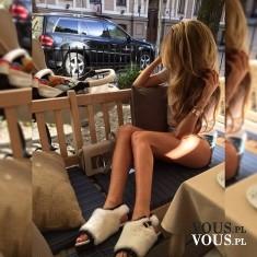 Piękne długie blond włosy. Cudowne zgrabne nogi. Ideał piękna.